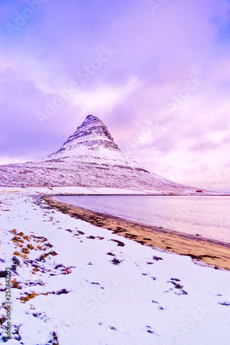 Photographie View of the Kirkjufell Mountain at the beachside in Iceland at sunset in winter
