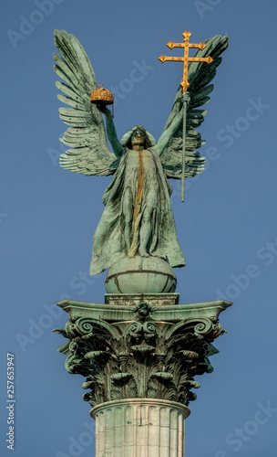 In de dag Zuid-Amerika land Scuplture of Gabriel archangel in Budapest, Heroes' Square