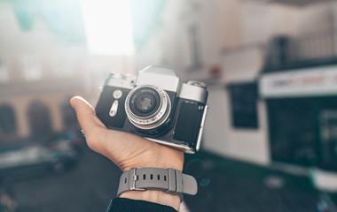 Męskie dłonie z bliska kamery