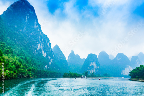 Autocollant pour porte Guilin Landscape with river and mountains