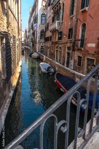 Wenecja, Wenecja Euganejska, Włochy - Widok z mostu w wąskim kanale bocznym w Wenecji na Canale Crande, w piękny dzień października