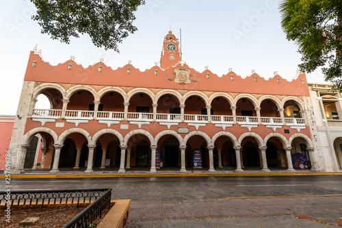Foto  Historical building in spanish colonial style in Merida, Yucatan, Mexico