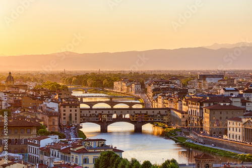 Photo City of Florence at sunset with the Arno river
