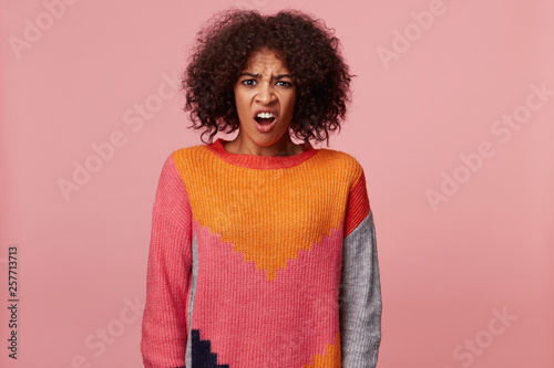Photo  Emotional african american woman with afro hairstyle looking at something terrib