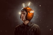 canvas print picture - Junger Mann mit Glühbirnen-Helm