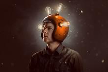 Junger Mann Mit Glühbirnen-Helm