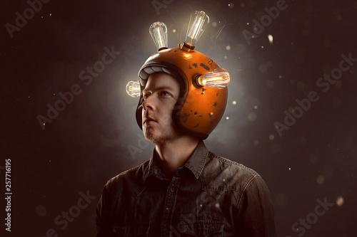 Junger Mann mit Glühbirnen-Helm Canvas Print