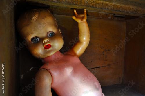 Muñeco retro aislado y atrapado en una caja de madera, con dedos faltantes en fo Canvas Print