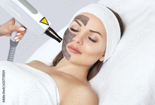 Fotomural Carbon face peeling procedure in a beauty salon