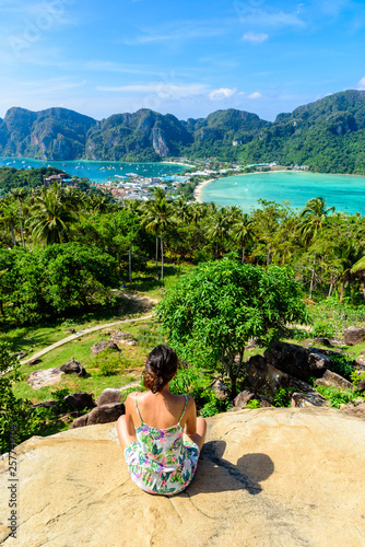 Photo Koh Phi Phi Don, Viewpoint - Girl enjoying beautiful view of paradise bay from the top of the tropical island
