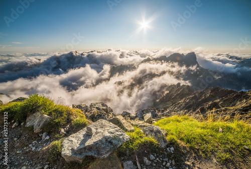 dolina-mengusovska-z-inwersja-jak-widac-na-szczycie-rysy-w-tatrach-wysokich-na-slowacji
