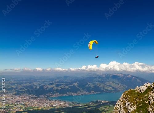 Fotografia  Paroplan flies over the city of Thun and the lake from the mountain of Nizen