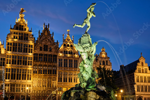 Foto auf AluDibond Antwerpen Antwerp Grote Markt with famous Brabo statue and fountain at night, Belgium