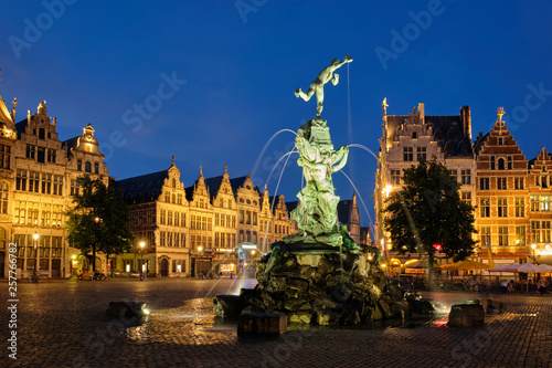 Foto op Plexiglas Antwerpen Antwerp Grote Markt with famous Brabo statue and fountain at night, Belgium