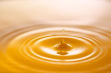 イエローの水滴と波紋