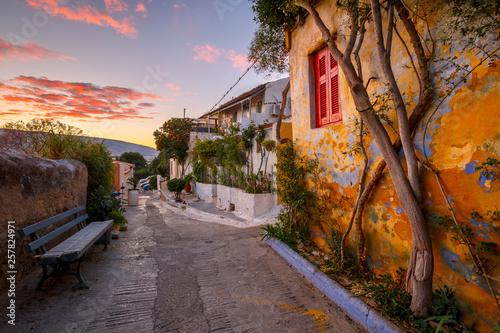 Dzielnica Anafiotika na starym mieście w Atenach, Grecja.