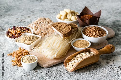 Fotografía  Gluten free diet concept - selection of grains and carbohydrates for people with
