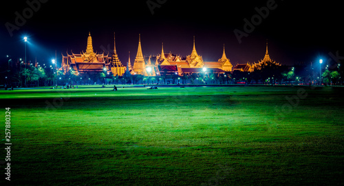 Photo  Wat Phra Kaew, Temple of the Emerald Buddha,Grand palace at twilight in Bangkok,