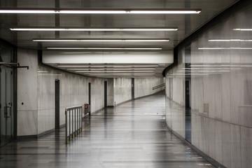 Biało-szary pokój. Oświetlenie w długim korytarzu. Lekkie ściany i podłoga. Połysk. Tło.