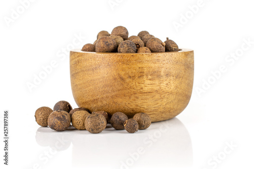 Obraz Lot of whole dry brown allspice berries with wooden bowl isolated on white background - fototapety do salonu