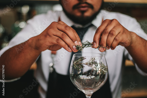 Bartender decorating a glass with rosemary Canvas-taulu