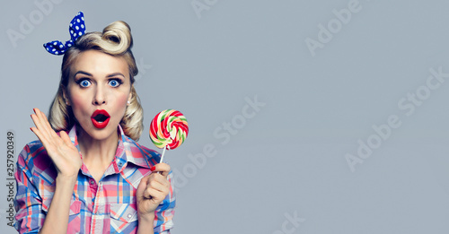 Photographie  beautiful woman with lollipop, dressed in pin-up style
