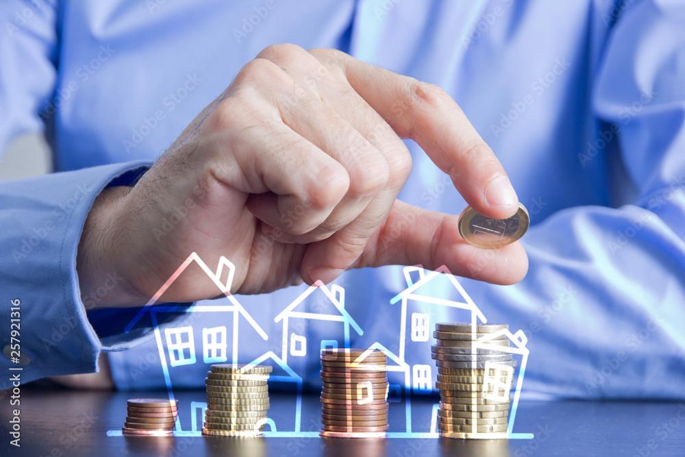 Fototapeta dita, monete, risparmio, casa, investimento sul mattone,