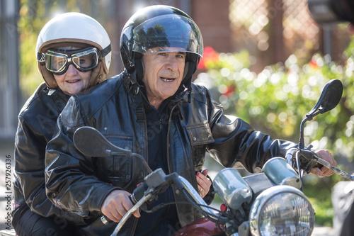 Tela  Coppia di anziani vanno in giro sulla loro Motocicletta  d'epoca
