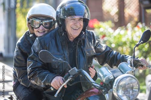 Fotografia Coppia di anziani vanno in giro sulla loro Motocicletta  d'epoca