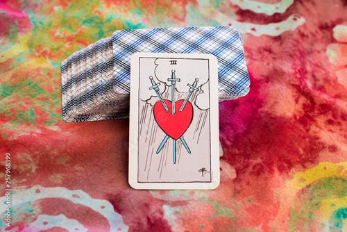 Naklejka premium karta tarota z przebitym sercem