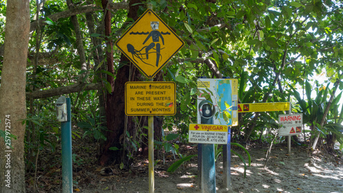 Door stickers Crocodile Warnschilder wegen Quallen und Krokodilen am Strand von Cape Tribulation in Queensland Australien