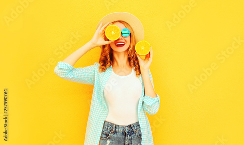 Photo  Summer portrait happy smiling woman holding in her hands slices of orange hiding