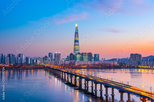 Autocollant pour porte Seoul Twilight sky at han river in seoul city south Korea