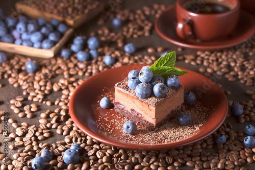Ciasto czekoladowe z jagodami i miętą.