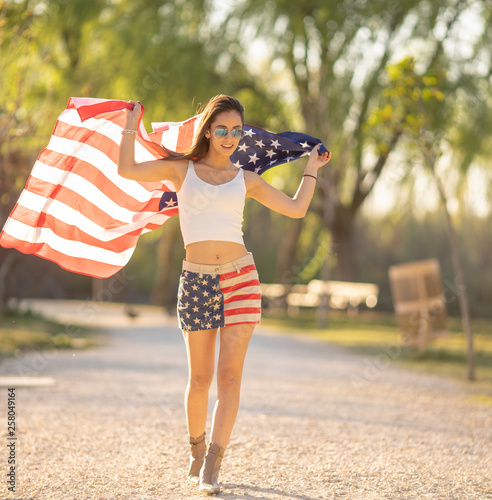 Fotografía  woman celebrating on independence day 4th of july with flag of american in the p