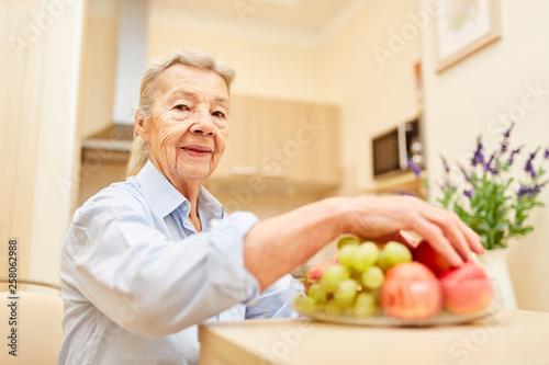 La pose en embrasure Magasin alimentation Seniorin in Seniorenwohnung mit Obst