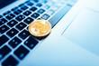 Bitcoin auf Tastatur eines Laptops