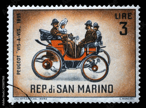 Stamp issued in San Marino shows Peugeot 'Vis-a-vis' (1895), Classic Automobiles Series, circa 1962 Fototapet