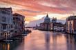 Sonnenaufgang über dem Kanal Grande in Venedig, Italien, ohne Menchen und Boote