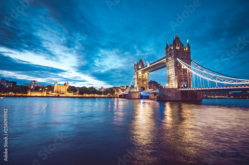 plakat Illuminated Tower Bridge right after the sunset