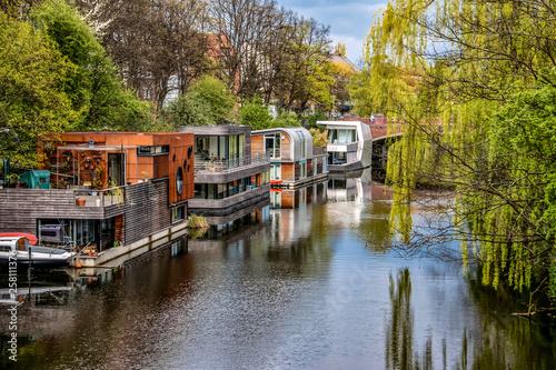 Photo  Eilbekkanal in Hamburg mit modernen Hausbooten