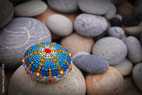 Photo  Beautiful mandala hand painted on a sea stone