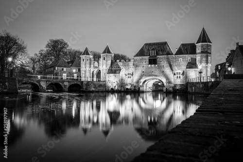 Photo Medieval city gate as entrance over a flowing river; eem,  in Amersfoort holland