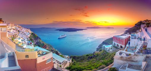 Zadziwiający wieczór widok Fira, kaldera, wulkan Santorini, Grecja z statkami wycieczkowymi przy zmierzchem. Zachmurzone dramatyczne niebo.