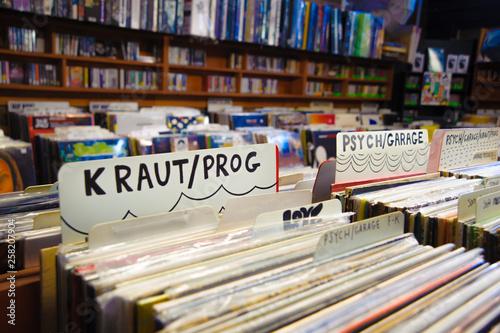 Spoed Foto op Canvas Muziekwinkel Vintage vinyl at classic record store