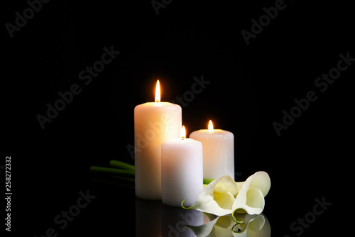 Fotografía Burning candles and flowers on dark background