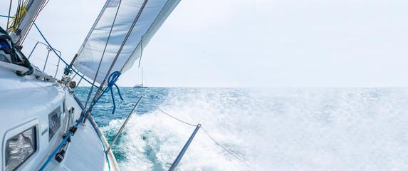 jedrilica koja plovi s valovima, predložak