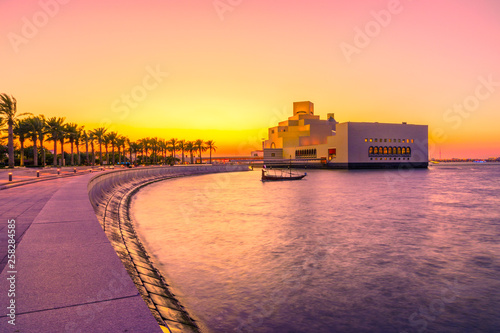 Photo  The walkway with palm trees along Doha Bay
