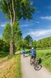 Fahrradfahrer auf Parkweg im Frühling