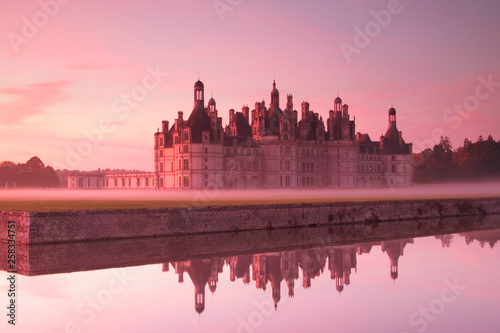 Foto auf AluDibond Hochrote Chateau Chambord at dawn loire valle, France